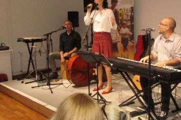 MESEKUCKÓ: Daloló erdő. Az Aranykapu Zenekar koncertje a győri könyvtárban